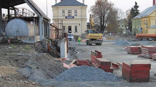 Výstavba dopravního terminálu mezi vlakovým a autobusovým nádražím v Bruntále pokračuje.