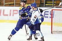 Velice slušný výsledek uhráli hokejisté HK Krnov na ledě lídra krajské ligy mužů v Orlové. Na snímku bojuje se soupeřem před vlastní brankou krnovský obránce Martin Faksa.