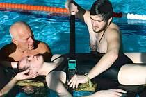 Člen Vodní záchranné služby Adam Matějka upevňuje na speciálním lehátku Ferno figurantku Zuzanu, taktéž členku vodních záchranářů, která představuje tonoucího s poraněnou páteří.