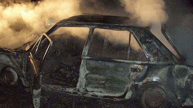 Požár mezi Třemešnou a Jindřichovem na Krnovsku nahlásil na linku 158 ve středu 9. září po půl osmé večer náhodný svědek. Policisté z Města Albrechtic zjistili, že na louce za vodárnou v Třemešné Damašku hoří osobní automobil.