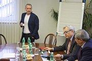 V Krnově prezident Hospodářské komory ČR Vladimír Dlouhý navštívil Kofolu a Krnovské opravny a strojírny KOS. Kofolu mu představil René Sommer a v KOS ho provázel Jaromír Valčiš.