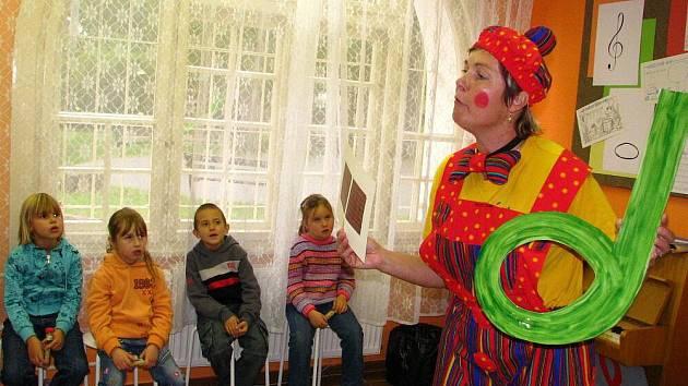 Klaun Notík dětem zábavnou formou na Krnovských hudebních slavnostech vysvětloval základy hudební nauky.