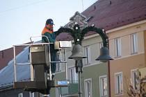 Veřejné osvětlení v Krnově už zkrášluje vánoční výzdoba. Zbývá ještě vyzdobit radnici a uličky kolem náměstí.