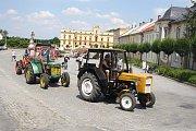Milovníci traktorů veteránů si dali sraz ve Slezských Rudolticích před zámkem a pak vyrazili na spanilou jízdu do Bohušova.