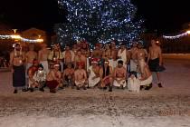 Účastníci Vánočního běhu saunařů si udělali společnou fotografii pod bruntálským vánočním stromem. Nejmladšímu běžci bylo osm let.