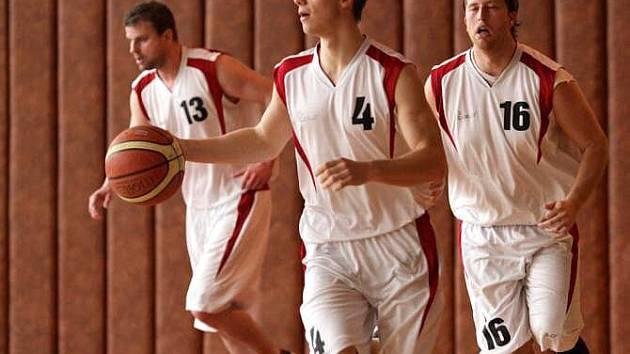 Basketbalisté BK Krnov rozvíjejí útočnou akci. Po vítězství nad Hladnovem jsou blízko konečné druhé příčky v oblastním přeboru, musí ale porazit Frenštát.