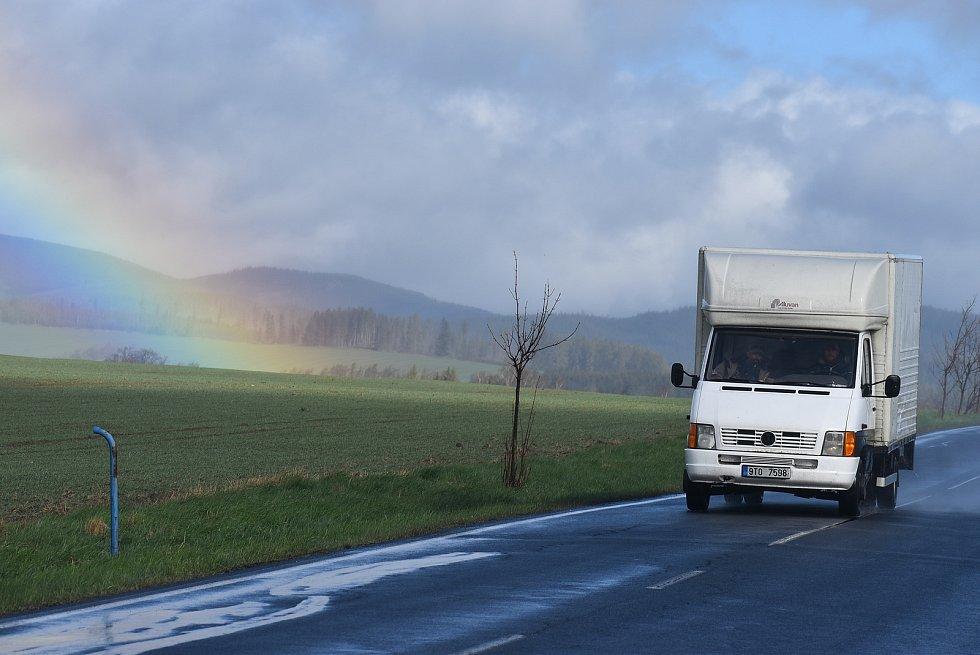 Duha v Jeseníkách udělala stylovou tečku za chladným a deštivým počasím, pátek 7. května 2021.