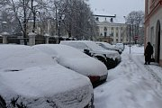 Sněhová nadílka první únorový den si vyžádala pořádný úklid. Sníh musel zmizet od bruntálského zámku i z parkoviště před obchodním domem.