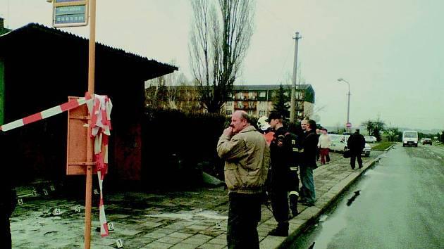 Zde na autobusové zastávce OKD v Hlučíně na ulici Československé armády se upálil muž.