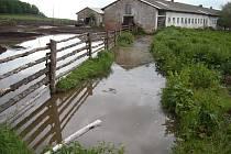 Kravíny s hnojištěm při povodních představují potenciální riziko pro studny v okolí. Takto poeticky vypadal vyplavený kravín v osadě Víno uSlezských Rudoltic.