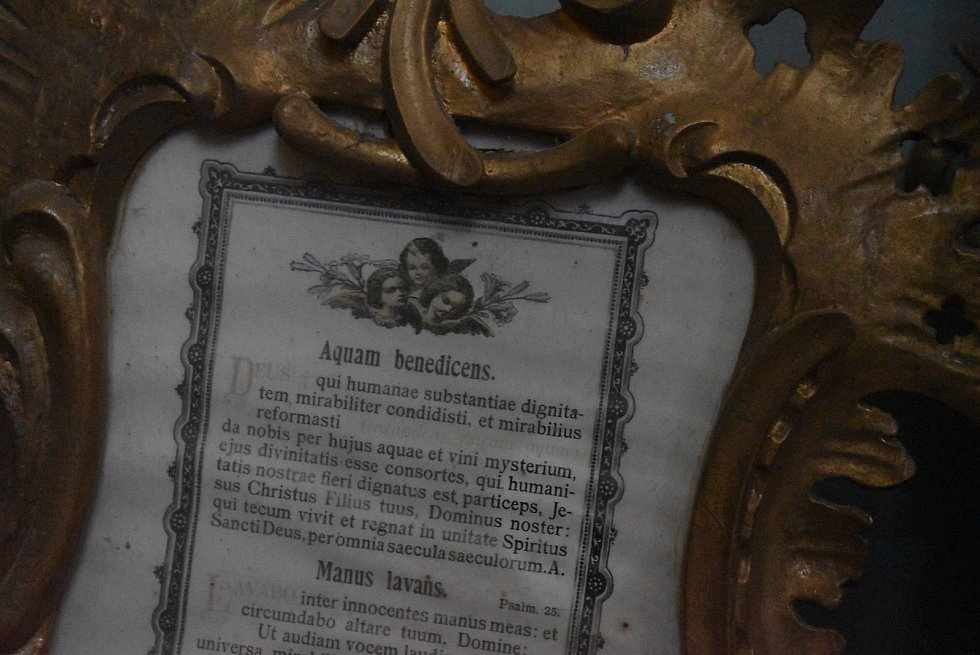 Bohoslužba v Holčovicích v době covidové: hrstka věřících, respirátory, dezinfekce a aktuální události v glosách faráře Pavla Zachrly.