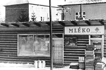 Dřevěná bouda na místě dnešní prodejny, nad níž postavili po roce 1957 dva vchody bytových domů.