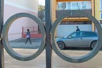 Kovové kruhy na brance do vnitrobloku za krnosvkým divadlem jsou na svém místě jen díky všímavosti místních občanů. Ti upozornili na muže, který se je marně pokoušel demontovat.