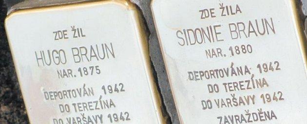 Gunter Demnig osobně zasazuje po celé Evropě do dlažby stolpersteiny se jmény obětí holocaustu. Pravý nákoleník išpičku pravé boty už má celé ošoupané. Před krnovskou poštou vsadil kameny se jménem poštovního ředitele Hugu Brauna a jeho manželky Sidonie.