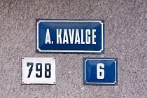 V roce 1946 v Bruntále ulici pojmenovali A. Kavalce. Dnes je ale v oficiálních záznamech vedena jako Kavalcova. Přesto na některých domech jsou cedulky s původním názvem.