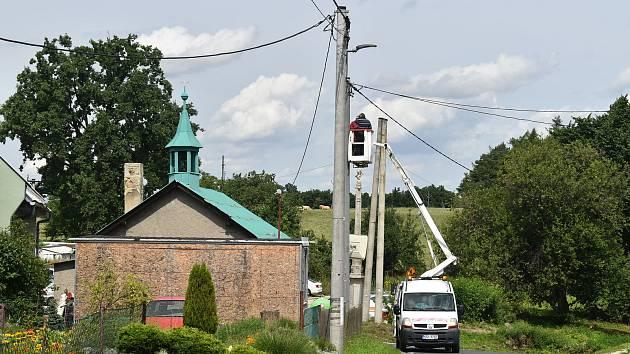 Monumentální památník padlým v Dívčím Hradě vytvořil Josef Obeth. Loni byl zrestaurován. Pieta a kulturní památka se v sousedství sloupů a drátů vyjímá dost divně.