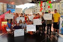 Rýmařovský starosta Petr Klouda (vlevo nahoře) na festivalu Coulours of Ostrava se šekem na tři sta tisíc korun od Nadace OKD, které poslouží na výstavbu cyklostezek na Rýmařovsku.