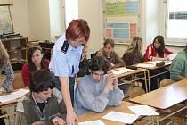 Také Preventivně informační skupina z Okresního ředitelství police ČR v Bruntále jezdí na besedy do škol, kde s dětmi diskutuje o trestné činnosti, a tím pádem i o šikaně.