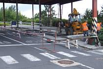 Krnovský přechod do Polska se mění každým dnem. V pátek zmizely buňky pro pohraničníky, dnes se už demontuje celá konstrukce zastřešující odbavovací prostor.
