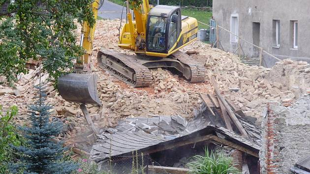 Vybydlená ruina zmizela z křižovatky vrbenských ulic Husova a Žižkova. Chátrající objekt se zastupitelé rozhodli neprodat, a tak musel k zemi.