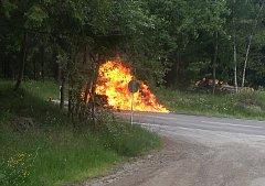 Řidič volal na tísňovou linku. Příčinou požáru byla technická závada.