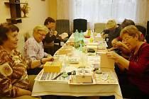Nádherné dárky vznikají v šikovných rukách Sjednocené organizace slabozrakých a nevidomých v Bruntále.