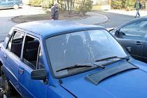 Dlouhé měsíce stojí před bruntálským Domovem pohoda autovrak staré škodovky, jehož kabina je vykradená a přední sklo prostřelené.