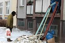 Při rekonstrukci bytu na Jesenické ulici v Bruntále se na jedné hromadě odkládala bezcenná stavební suť a kovové součástky.