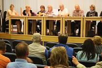Zastupitelé Dvorců 28. května diskutovali s občany o petici, která vyzývá obec k vykoupení soukromého domu. Vadí jim, že majitelé dům nabízí  ubytování problémovým nepřizpůsobivým nájemníkům.