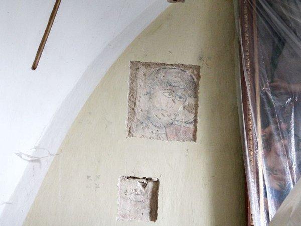 Kostel Archanděla Michaela vHrozové na Osoblažsku připravil památkářům, kteří zde od roku 2011provádějí archeologický průzkum, senzaci: vchrámu postaveném ve 13.století objevili pod vrstvami omítky vedle hlavního oltáře vzácné fresky.