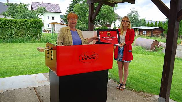 GRIL na fotbalovém hřišti převzaly starostka Jana Murová a místostarostka Alice Hanklová.