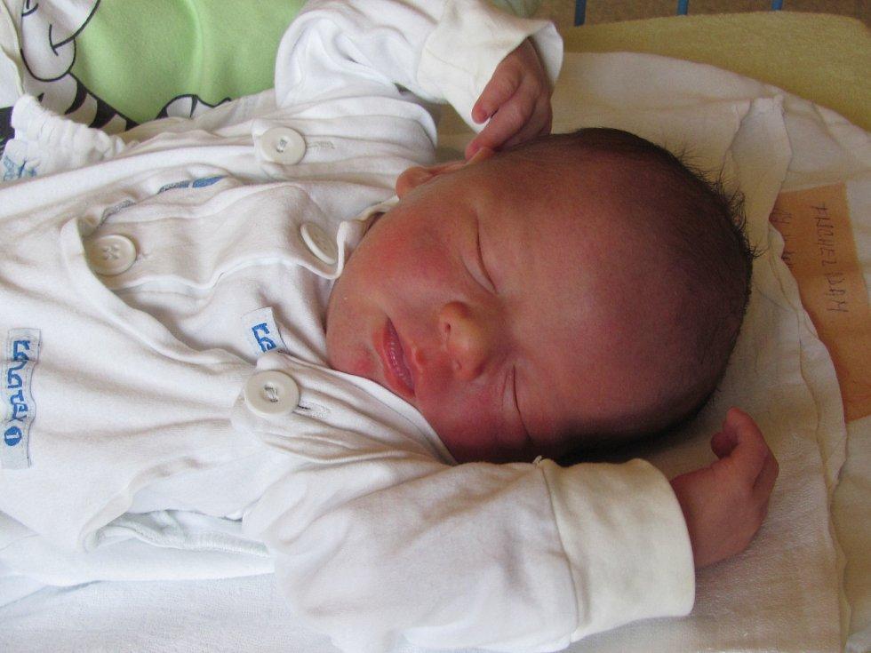 Jmenuji se ADAM FISCHER, narodil jsem se 17. Dubna 2017, při narození jsem vážil 2970 gramů a měřil 48 centimetrů. Moje maminka se jmenuje Veronika Fischerová a můj tatínek se jmenuje Roman Rajčan. Bydlíme v Bruntále.