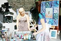 Tess Gemelová představila ebru, tradiční tureckou techniku malování na vodě, také televizním divákům.