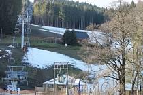 Sníh se drží v Jeseníkách jen na sjezdovkách, okolní kopce jsou zelené, jako na jaře. Ale i tak si turisté ještě mohou přijet zalyžovat.