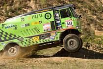 Martin Komolý se závodním speciálem Tatra provádí různé akrobatické kousky. Na své zranění z Rallye Dakar 2011 si během závodění už ani nevzpomene.