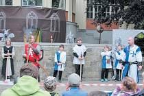 Členové Společenství severských pánů organizují po Krnově sbírku vršků z plastových lahví.