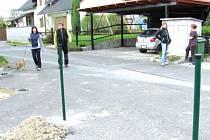 Točna na konci Zahradní ulice celá desetiletí sloužila k otáčení velkých aut i jako zkratka pro pěší směřující k Thyrmickému potoku. Sloupky a jámy ukazují, kterou část točny si chce nový majitel pozemku oplotit.
