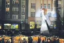 Třináctimetrová hra světel v podobě obřího anděla Krnovany okouzlila před dvěma lety. Letos se jí na vánočních trzích dočkají znovu.
