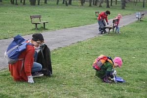 Desítky dobrovolníků se sešly v krnovském parku u Alberta. Už popáté společně vyčistili od odpadků tuto část města v rámci celorepublikové výzvy Ukliďme svět, ukliďme Česko.