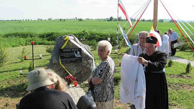 Papež Jan Pavel II. se těšil velké úctě u nás i v Polsku. Jeho blahoslavení připomíná nový kamenný památník mezi Rusínem a Gadzowicemi, který byl v neděli slavnostně odhalen.