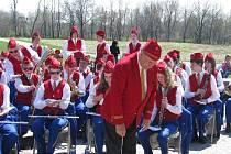 Téměř tisícovka lidí přijela na poslední koncert Dechového orchestru mladých Krnov v USA. Hráče při koncertu dirigoval Karel Dospiva i jeho asistent Luděk Tlach.