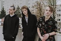 Kapela Brixtn, to jsou bratři bratři Matěj a Štěpán Jelenovi  a Hemi Murín. V Nové Pláni nahráli debutové album Cizí byty, které právě dorazilo k fanouškům.