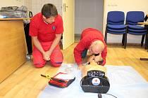 Defibrilátor (AED) mají ve své výbavě i bruntálští vodní záchranáři, kteří pravidelně nacvičují zásady poskytnutí zdravotnické první pomoci.