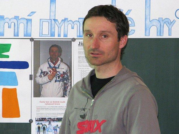 Běžkař Jiří Magál, který začal svou sportovní kariéru v Krnově se zúčastnil besedy s žáky osmé a deváté třídy ze Základní školy Žižkově náměstí, aby jim popsal své zážitky ze zimních olympijských her ve Vancouveru, a jaké to je vyhrát bronzovou medaili.
