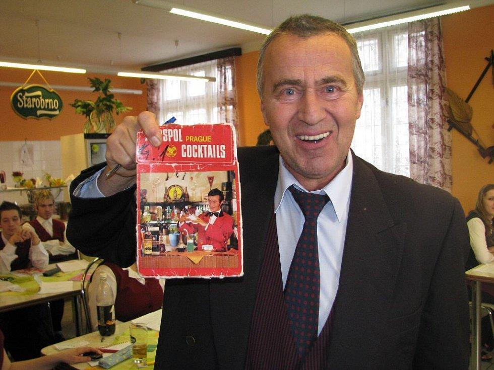 Barman František Holík byl již v roce 1971 na titulní straně pražského barmanského časopisu. Dodnes patří mezi české barmanské špičky. Své umění předával studentům albrechtické střední školy.