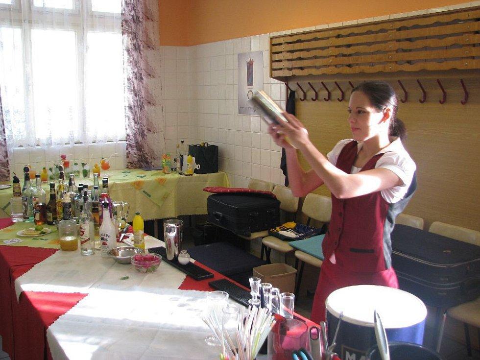 Erika Šebelová zvládla udělat míchaný nápoj na jedničku. Mistr Holík dbal při závěrečné zkoušce na techniku i úsměv budoucích barmanů.