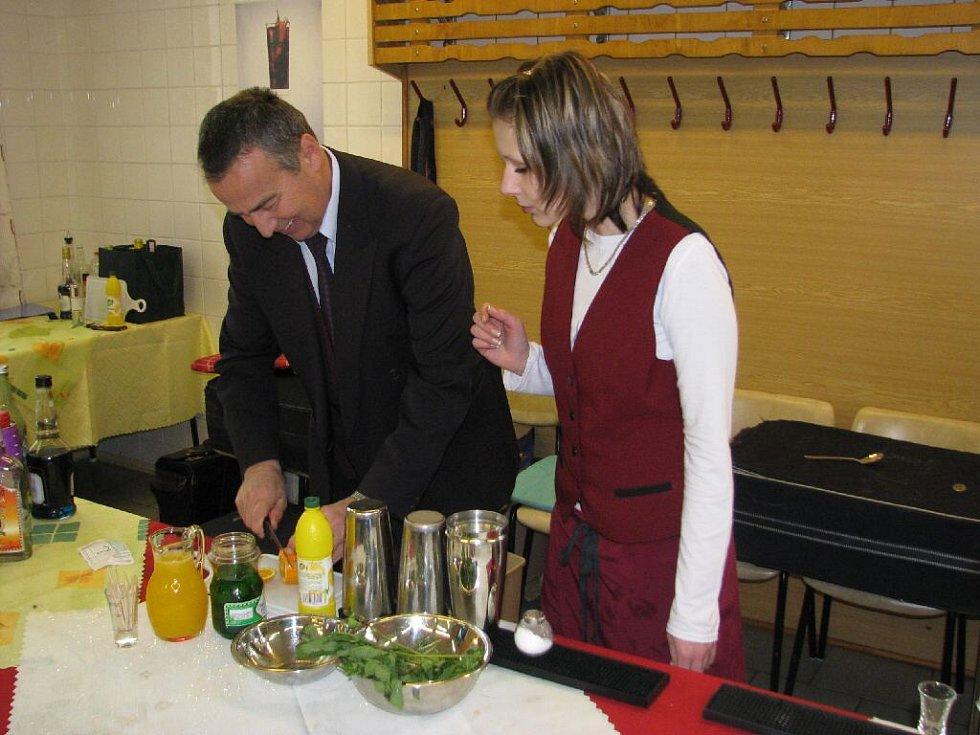 Studentka Leona Drahokoupilová přihlíží barmanskému umění Františka Holíka. Sama poté namíchala bez problémů vynikající míchaný nápoj.