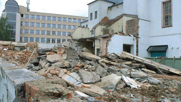 Nevyužívaný areál v bruntálské Fügnerově ulici se pomalu mění jen na hromadu trosek.