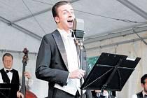 Orchestr Ježkovy stopy hraje hudbu z časů první republiky, a také se stylizuje do tohoto období elegance a noblesy.