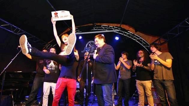 Hurá, zvítězili jsme. Takto se radovali bratři Jelenové z Nové Pláně spolu s dalšími dvěma členy chlapecké pop punkové kapely On the Way v Olomouci.